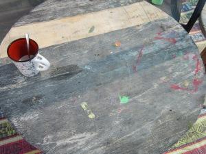 שולחן עץ שזקוק לשיפוץ